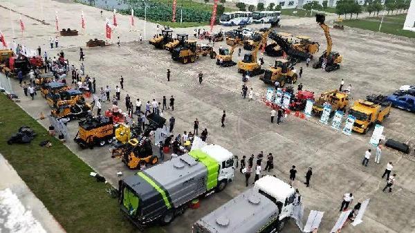 会议代表观看筑养路机械设备展演