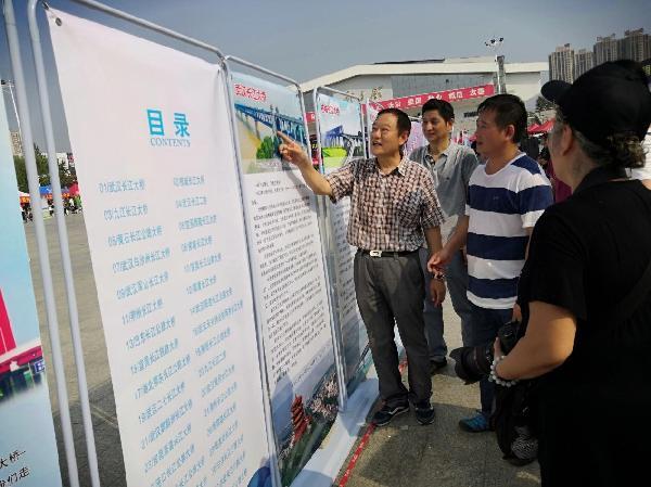 5公路学会专家向参观群众讲解湖北的长江大桥发展历程