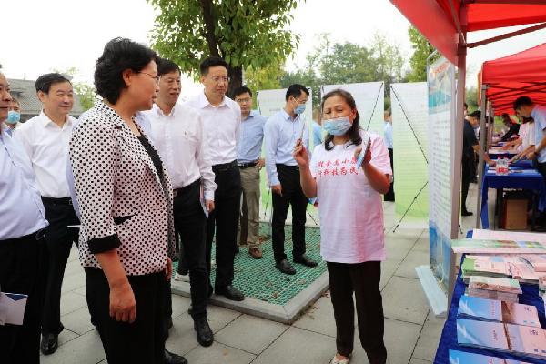 副省长肖菊华等领导到公路学会展台参观指导,杨运娥秘书长介绍展出的公路交通科普项目